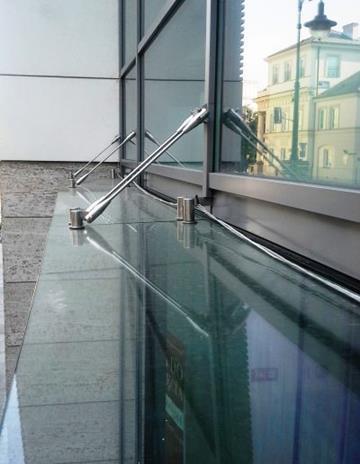 Daszek szklany na wieszakach montażowych.