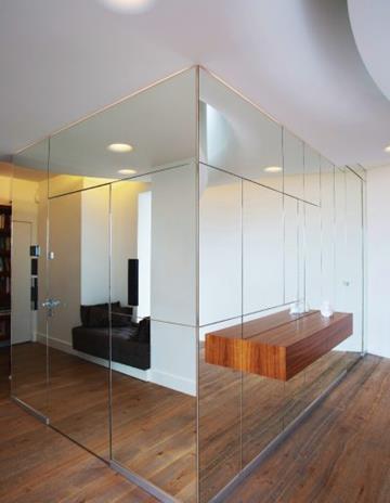 Szyb windowy na konstrukcji ze szkła satynowego w okładzinie lustrzanej i podświetleniem krawędziowm.