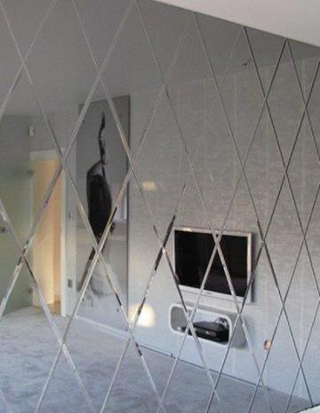Ściana z fazowanych lustrzanych rombów