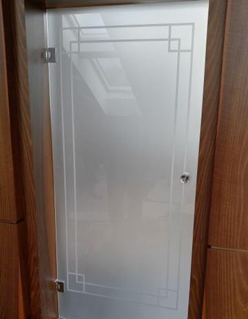 Drzwi na zawiasach ze szkła satynowego z piaskowaniem.