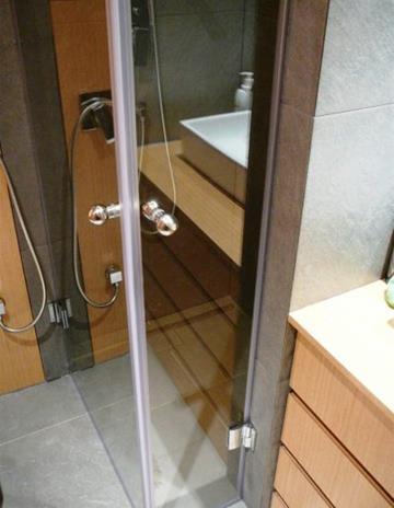 Kabina prysznicowa w mikro łazience.