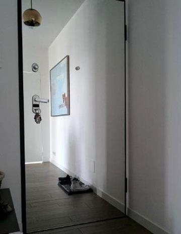 Lustro zamontowane na deweloperskich drzwiach wejścowych