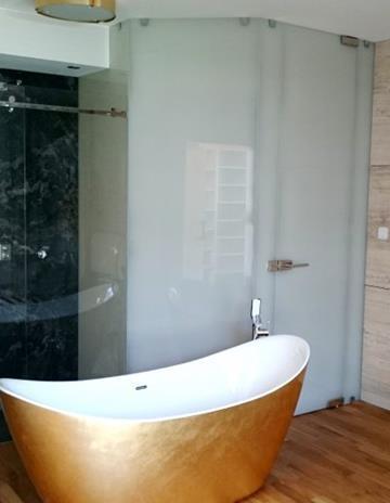 Otwarta łazienka w sypialni. Kabina system przesuwny.
