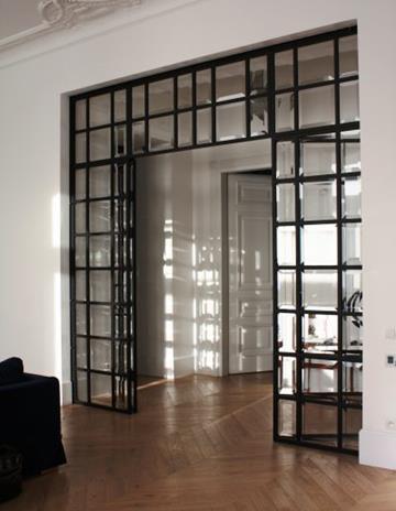 Przeszklenie z drzwiami-konstrukcja stalowa wypełniona szkłem fazowanym.