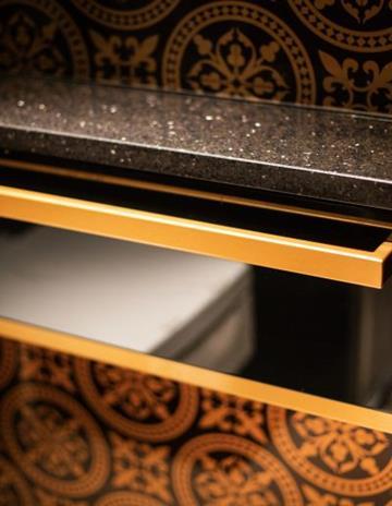Szkło Copper Morocco jako okładzina ścienna w łazience