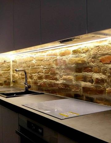 Szkło bezpieczne montowane na dystansach. Ochrona cegły.