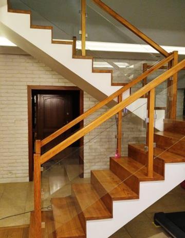 Szklenie balustrady drewnianej.