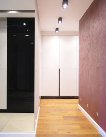 Wysokie lustro w korytarzu