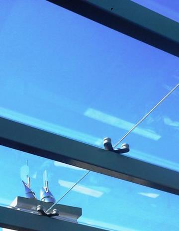 Daszek szklany na stalowej konstrukcji.