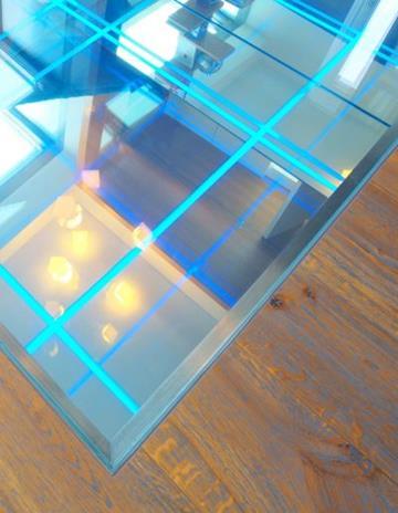 Lustrzane, piaskowane dno z podświetleniem LED.