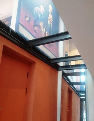 Podłoga szklana osadzona na konstrukcji stalowej.