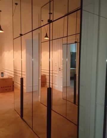 Stalowe frony szafy wypełnione lustrem.