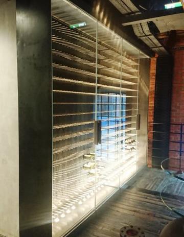 Witryna chłodnicza na wino, konstrukcja stalowa, podświetlenie LED.